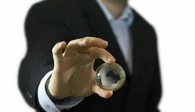 executivo-segurando-globo